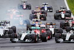 Start: Nico Rosberg, Mercedes AMG F1 Team memimpin