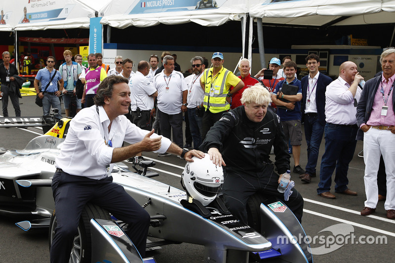 London Mayor Boris Johnson samples a Formula E car di Battersea Park circuit