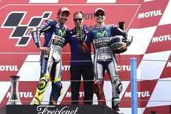 Podio: ganador de la carrera de Valentino Rossi, el tercer lugar Jorge Lorenzo