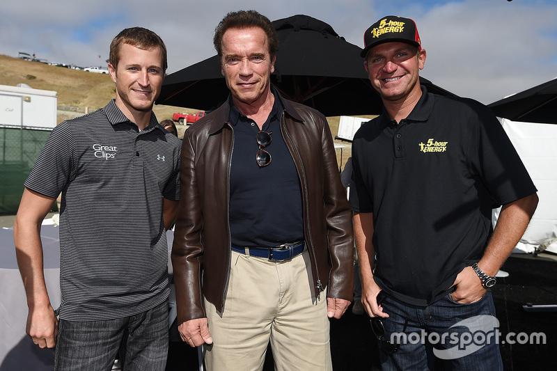 Kasey Kahne, Hendrick Motorsports, Chevrolet, und Clint Bowyer, Michael Waltrip Racing, Toyota, mit Arnold Schwarzenegger