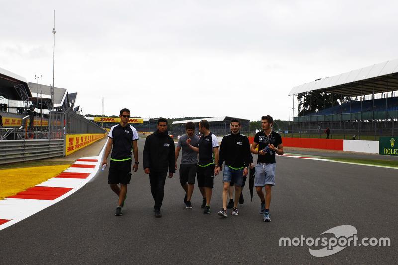 Seb Morris, dan Alex Fontana, dan Sandy Stuvik, Status Grand Prix walk the track