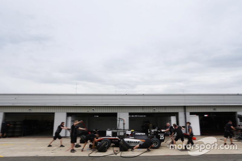 Das Team von Hilmer Motorsport beim Boxenstopp-Training mit dem Auto von Jon Lancaster, Hilmer Motorsport