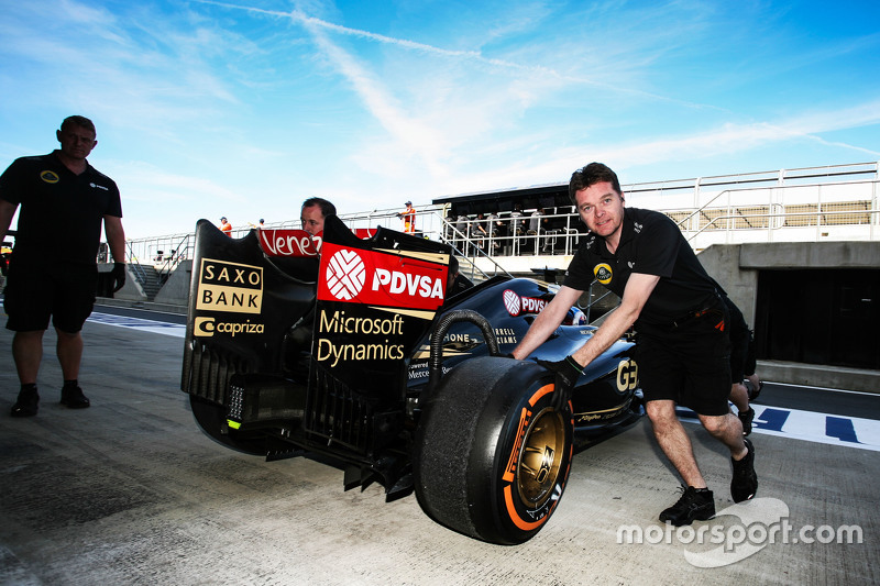 Jolyon Palmer, Lotus F1 E23 Test and Reserve Driver in the pits