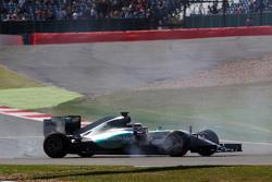 Lewis Hamilton, Mercedes AMG F1 W06 part en tête-à-queue