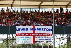 Eine Fahne für Lewis Hamilton, Mercedes AMG F1