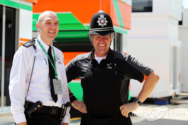 Ніл Дікі, Sahara Force India F1 Team, з поліцейським