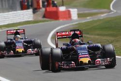 Макс Ферстаппен, Scuderia Toro Rosso STR10 едет впереди напарника по команде Карлоса Сайнса мл., Scu