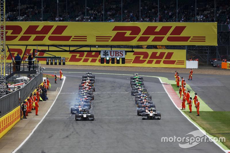 para pembalap meninggalkan grid pada parade lap