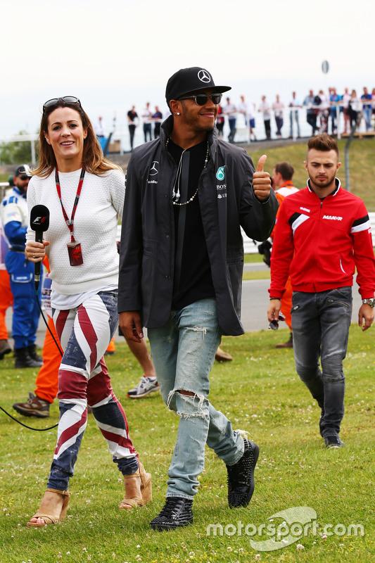 Lewis Hamilton, Mercedes AMG F1 met Natalie Pinkham, Sky Sports Presentatrice op de parade