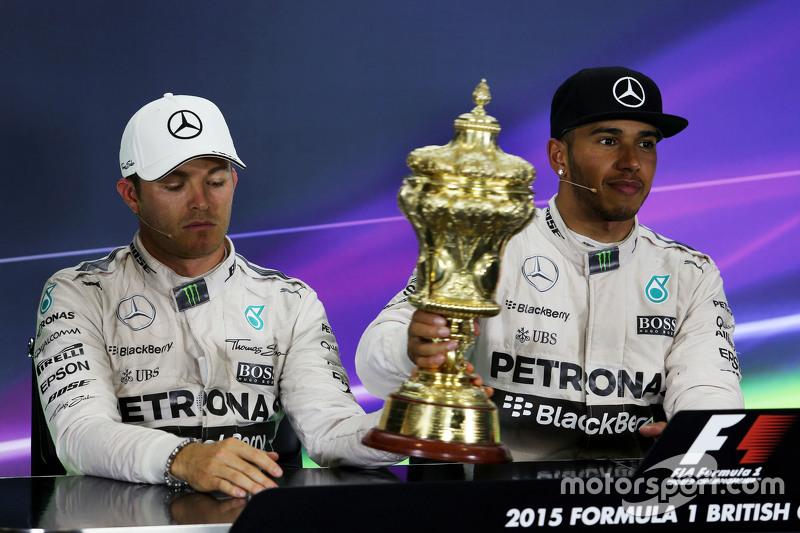 (da Sinistra a Destra): Secondo posto Nico Rosberg, Mercedes AMG F1 con il trofeo del vincitore Lewi