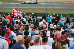 Lewis Hamilton, Mercedes AMG F1 W06 passeert fans