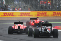 Will Stevens, Manor F1 Team y Roberto Merhi, Manor F1 lideran a Fernando Alonso, McLaren MP4-30