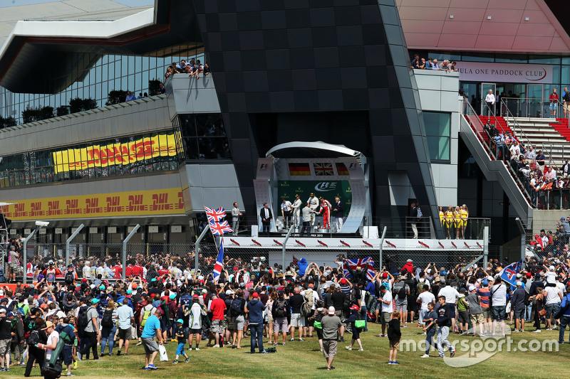 podium,: Nico Rosberg, Mercedes AMG F1, kedua; Lewis Hamilton, Mercedes AMG F1, juara balapan; Sebastian Vettel, Ferrari, ketiga