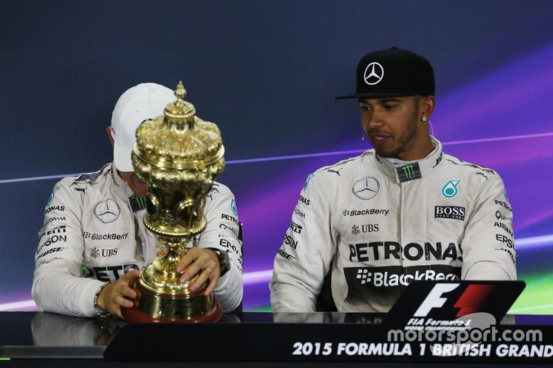 Nico Rosberg, Mercedes AMG F1, dan Lewis Hamilton, Mercedes AMG F1 di FIA Press Conference