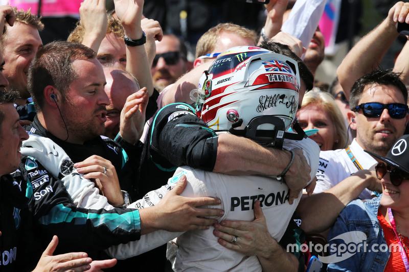1. Lewis Hamilton, Mercedes AMG F1, feiert im Parc Fermé