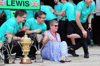 Carmen Lockhart, madre di Lewis Hamilton, Mercedes AMG F1, festeggia con il team