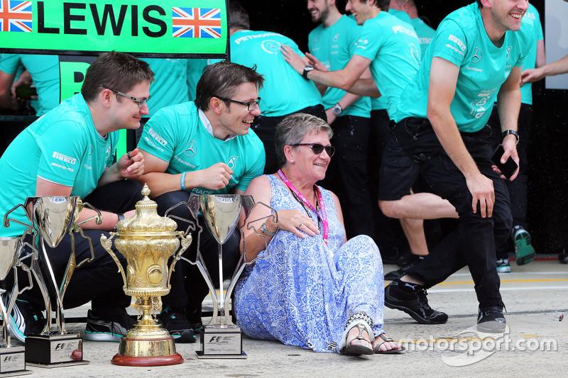 Carmen Lockhart, Mutter von Lewis Hamilton, Mercedes AMG F1, feiert mit dem Team