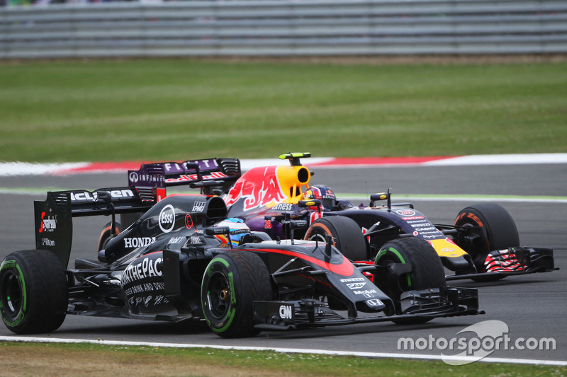 Fernando Alonso, McLaren MP4-30 e Daniil Kvyat, Red Bull Racing RB11 lottano per la posizione