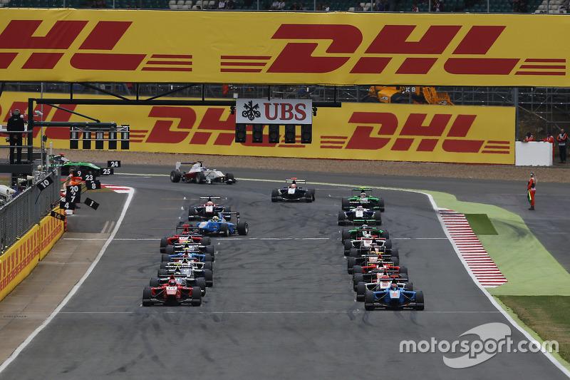 Die Autos reihen sich in der Startaufstellung auf und sind bereit für das Rennen