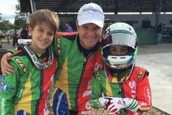 Rubens Barrichello ao lado dos filhos, Eduardo (E) e Fernando (D)