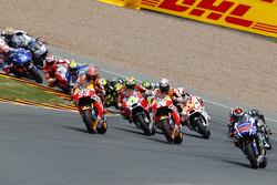 Старт: Хорхе Лоренцо, Yamaha Factory Racing takes the lead
