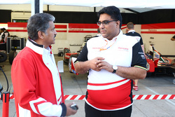 Dilbagh Gill, director del equipo de Mahindra Racing con Anand Mahindra