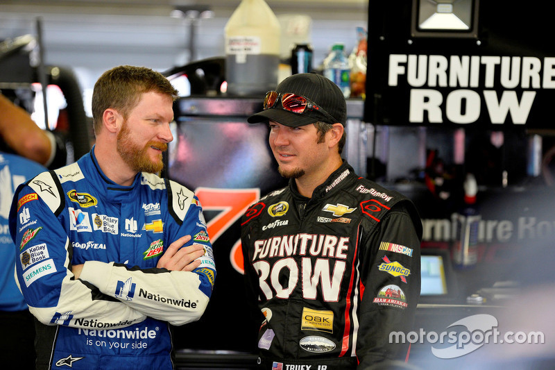 Dale Earnhardt Jr., Hendrick Motorsports Chevrolet dan Martin Truex Jr., Furniture Row Racing Chevro