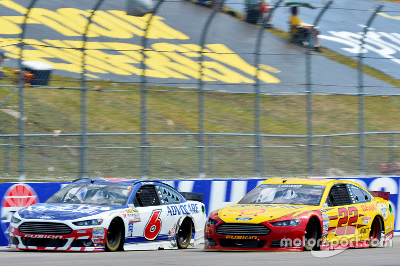 Trevor Bayne, Roush Fenway Racing Ford dan Joey Logano, Team Penske Ford