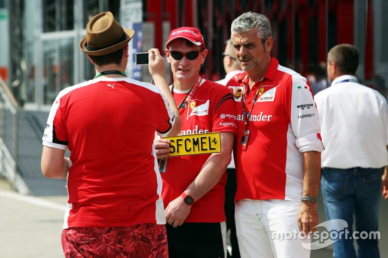 Maurizio Arrivabene, Ferrari Team Principal bersama fans