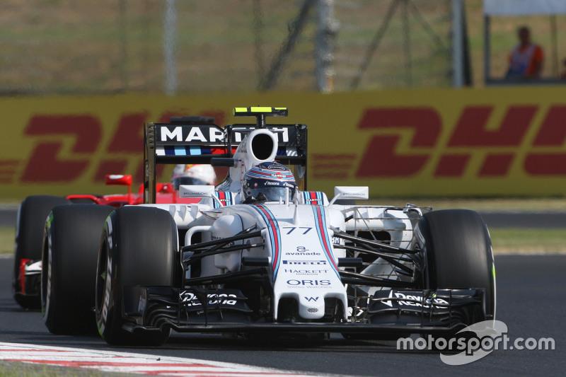 Valtteri Bottas, Williams FW37 memimpin Sebastian Vettel, Ferrari SF15-T