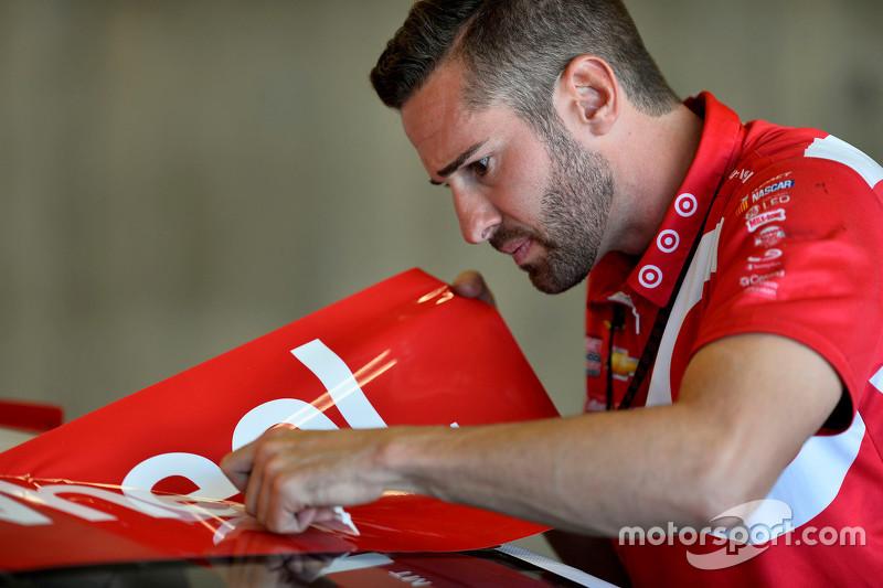 Anggota kru Chip Ganassi Racing bekerja pada mobil