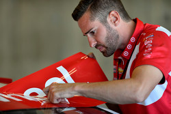 Miembro de la tripulación Chip Ganassi Racing trabaja en el coche