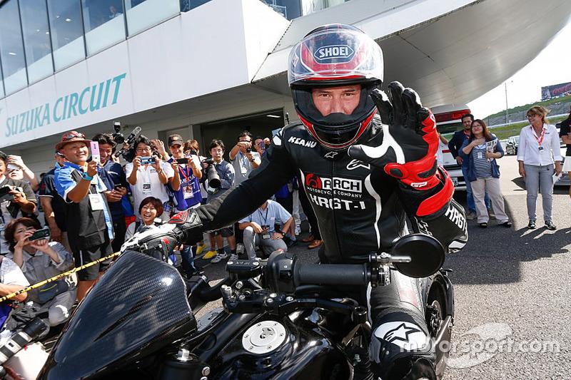 Кіану Рівз на своєму мотоциклі на Сузуці