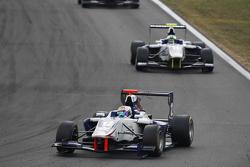 Мэттью Перри, Koiranen GP едет впереди Джимми Эрикссона, Koiranen GP