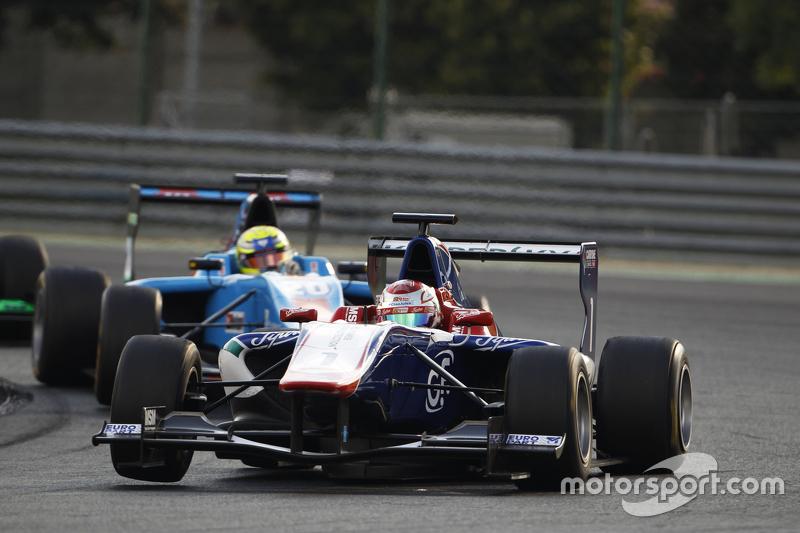 Antonio Fuoco, Carlin memimpin di depan Pal Varhaug, Jenzer Motorsport