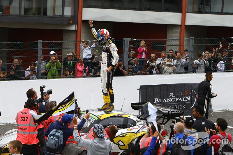 Juara balapan Nicky Catsburg merayakans