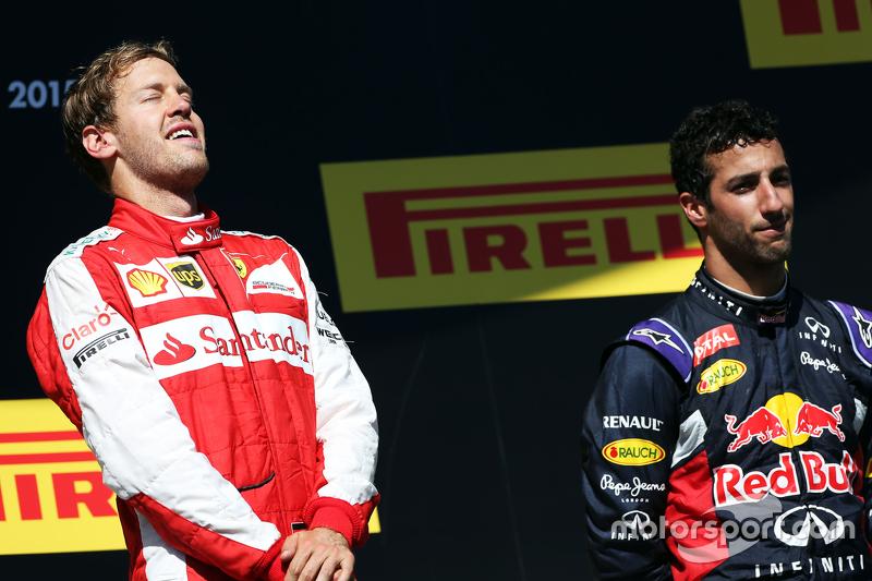 Переможець гонки Себастьян Феттель, Ferrari святкує на подіумі з Даніель Ріккіардо, Red Bull Racing