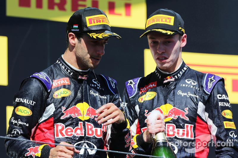 (L to R): третє місцеd Даніель Ріккіардо, Red Bull Racing з друге місцеd товариш по командіДанііл Кв