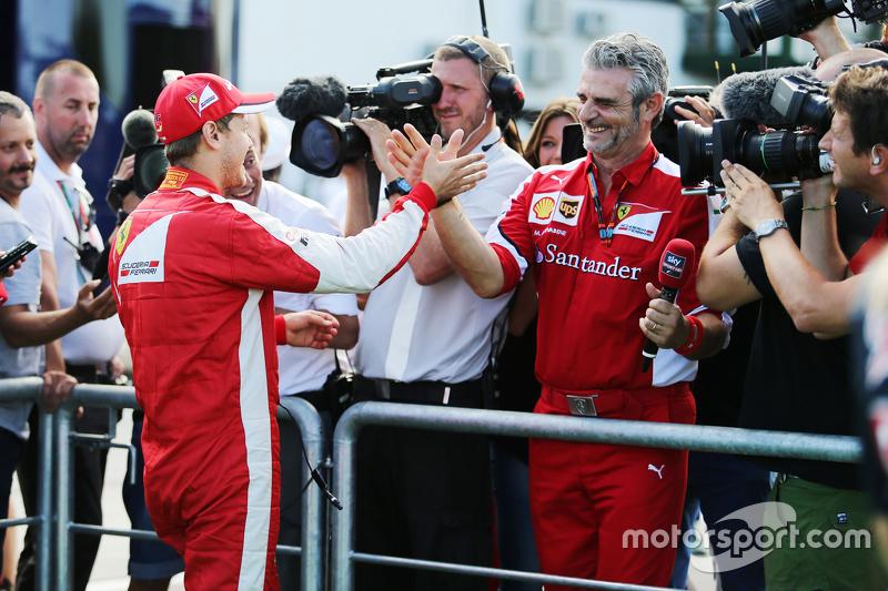 Переможець гонки Себастьян Феттель, Ferrari святкує з Мауріціо Аррівабене, Керівник Scuderia Ferrari