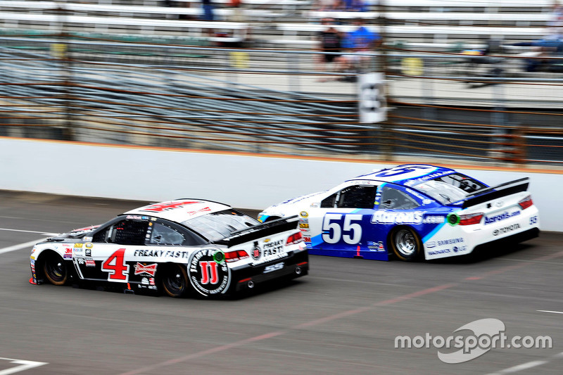 Kevin Harvick, Stewart-Haas Racing Chevrolet and David Ragan, Michael Waltrip Racing Toyota