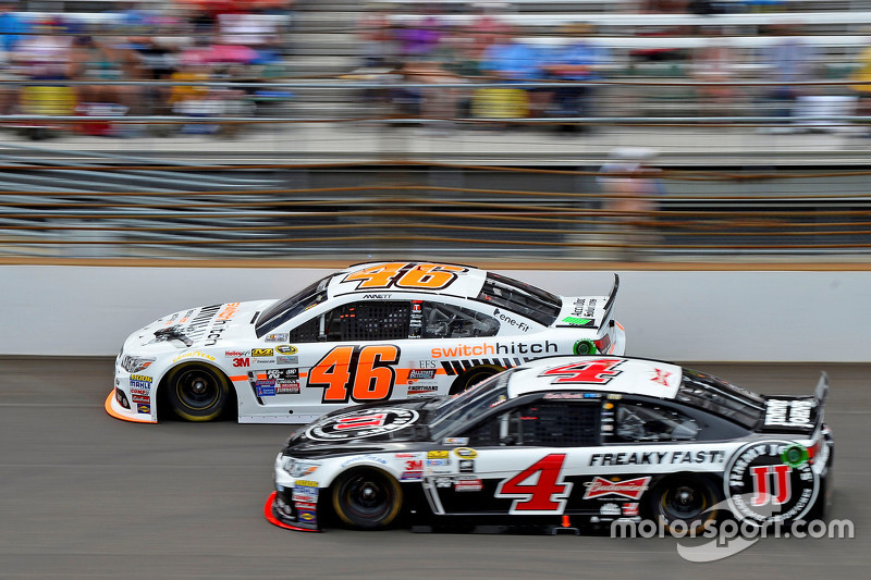 Michael Annett, HScott Motorsports Chevrolet, dan Kevin Harvick, Stewart-Haas Racing Chevrolet