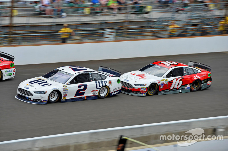 Brad Keselowski, Team Penske Ford dan Greg Biffle, Roush Fenway Racing Ford