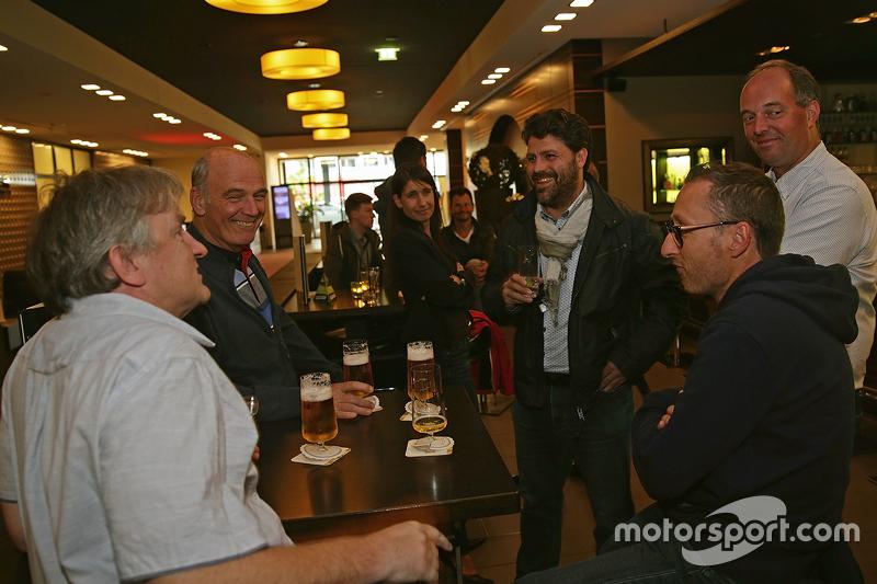 Dr. Wolfgang Ullrich, kepala dari Audi Sport menikmati bir bersama media