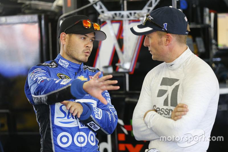 Kyle Larson, Chip Ganassi Racing Chevrolet, dan Jamie McMurray, Chip Ganassi Racing Chevrolet