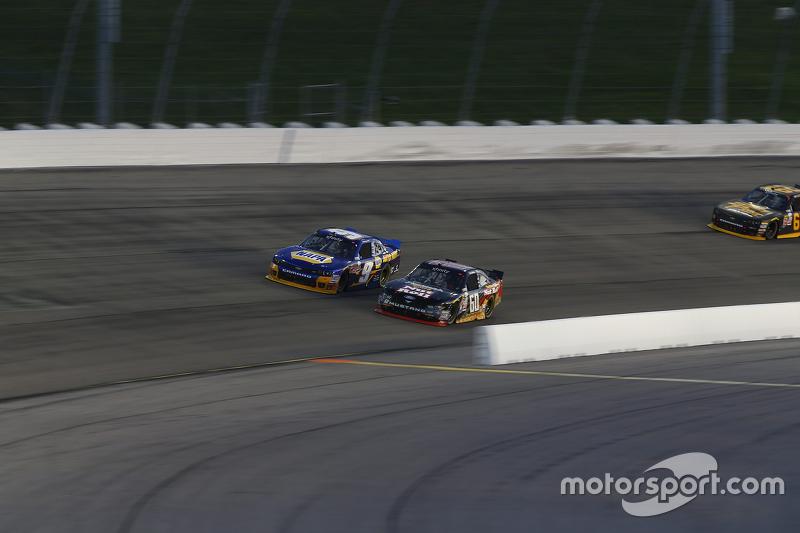 Chris Buescher, Roush Fenway Racing Ford dan Chase Elliott, JR Motorsports Chevrolet