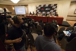 KL City Grand Prix Chairman Y.A.M Tunku Naquiyuddin e il CEO V8 Supercars James Warburton parlano con i giornali locali alla conferenza stampa ufficiale per il KL City Grand Prix, a Kuala Lumpur, Malaysia