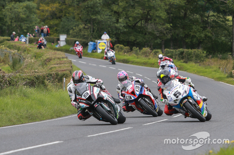 Ian Hutchinson and Bruce Anstey battle for position