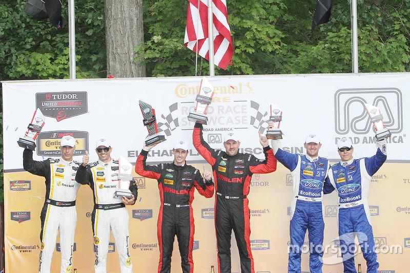 P class подіум: переможці #31 Action Express Racing Corvette DP: Ерік Курран, Дейн Камерон, друге мі