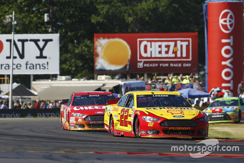 Joey Logano, Team Penske Ford and Greg Biffle, Roush Fenway Racing Ford