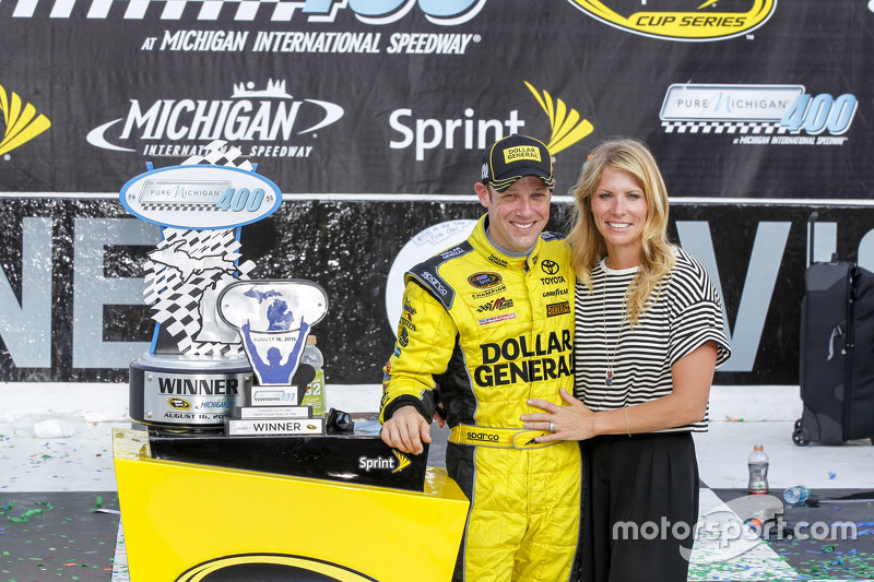 Race winner Matt Kenseth, Joe Gibbs Racing Toyota with wife Katie Martin